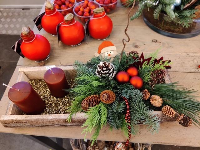 kerststuk op houten bak